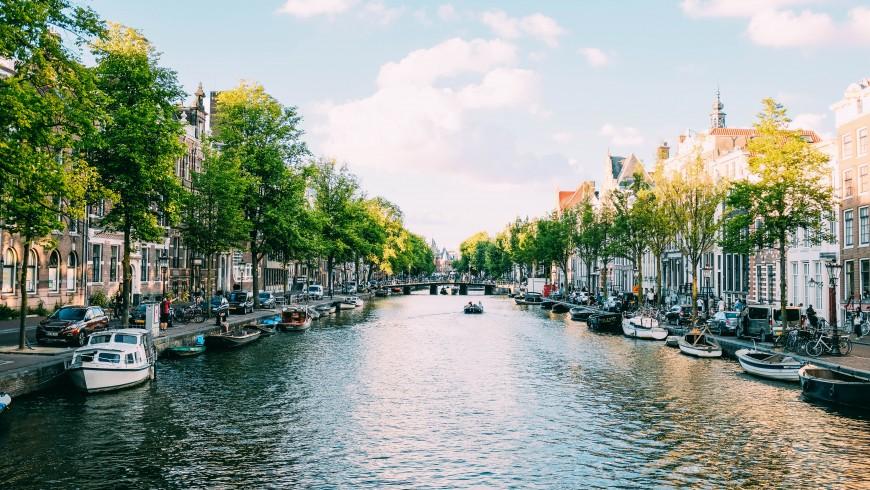 canale di Amsterdam, città vegan-friendly