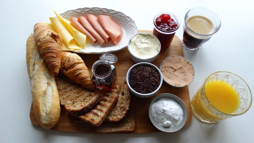 Una tipica colazione vegana al Vegotel. L'hotel è specializzato in sostituti vegani alla carne (formaggio, prosciutto, paté etc).