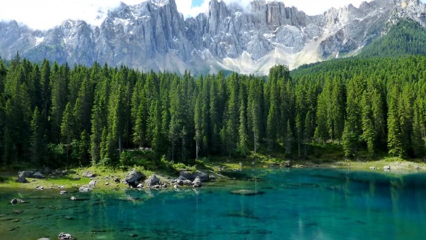 Lago di Carezza, a 19 km dall'hotel Central Moena