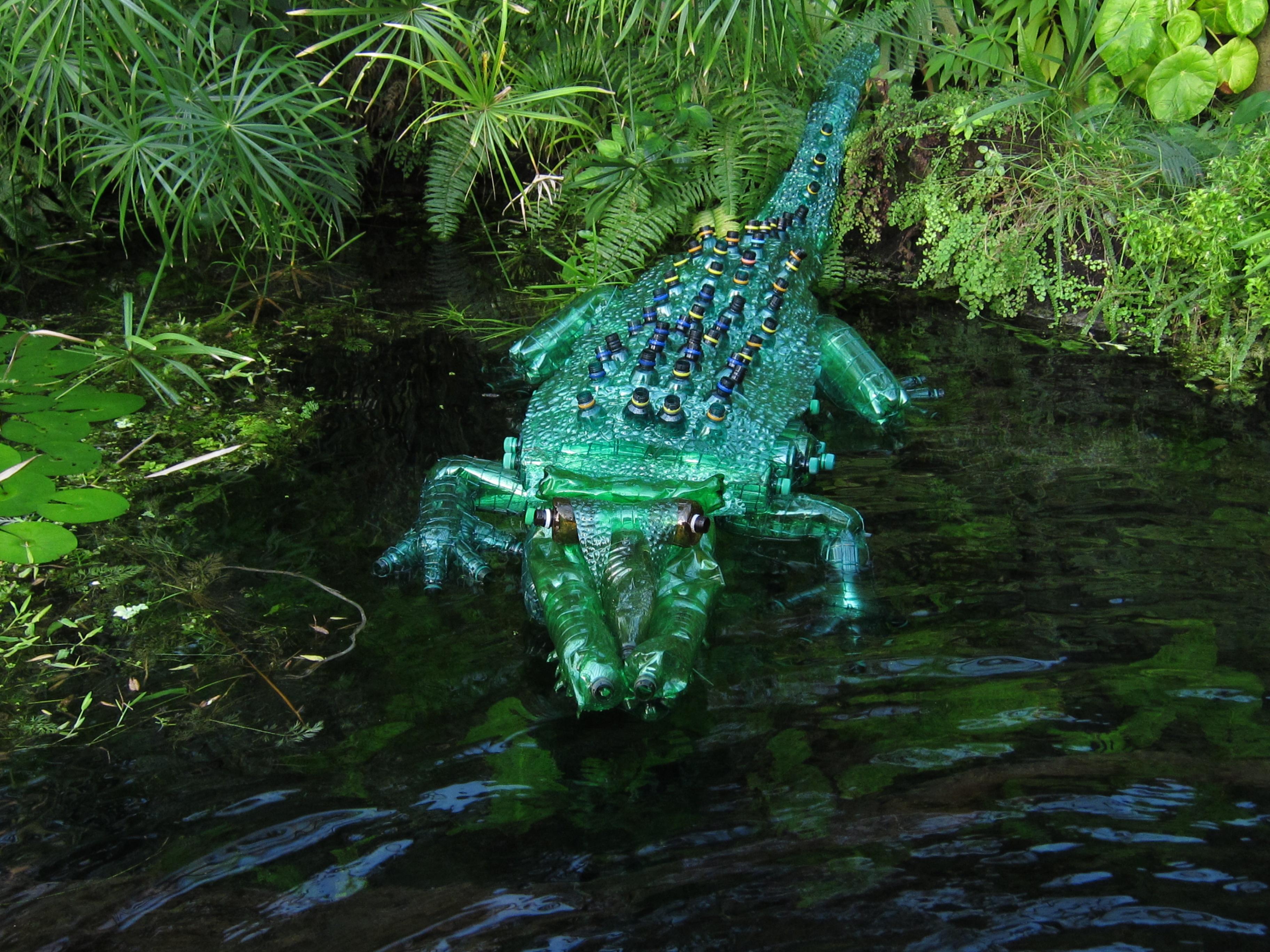 Coccodrillo in bottiglie di plastica, pet-art di Veronika Richterová