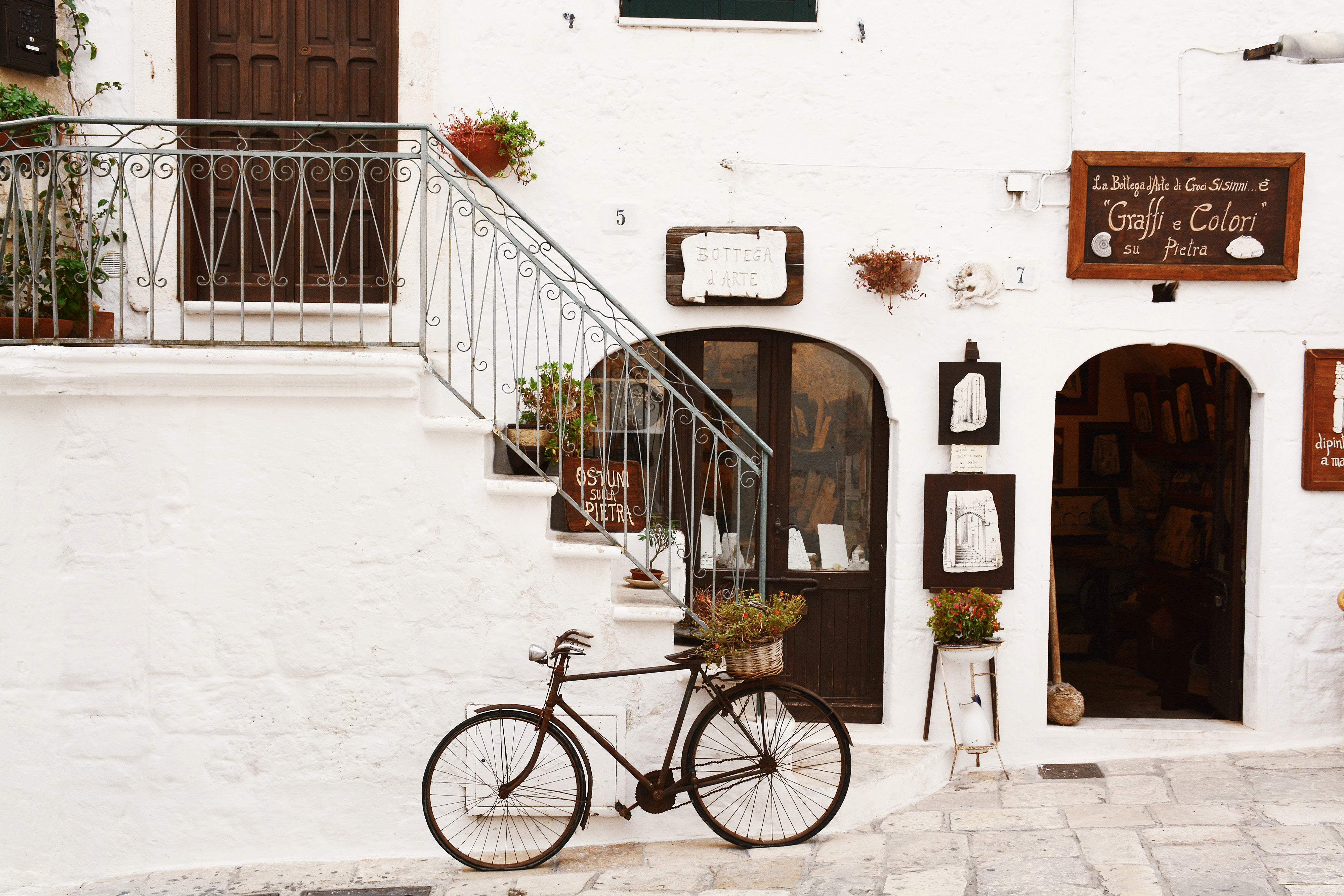 bicicletta nell'antico borgo di matera, basilicata
