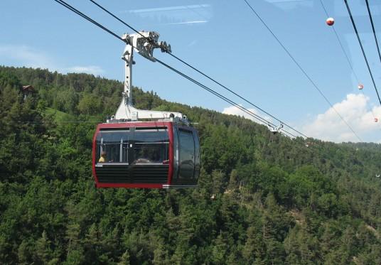 cabina della funivia del Renon con sfondo montagne
