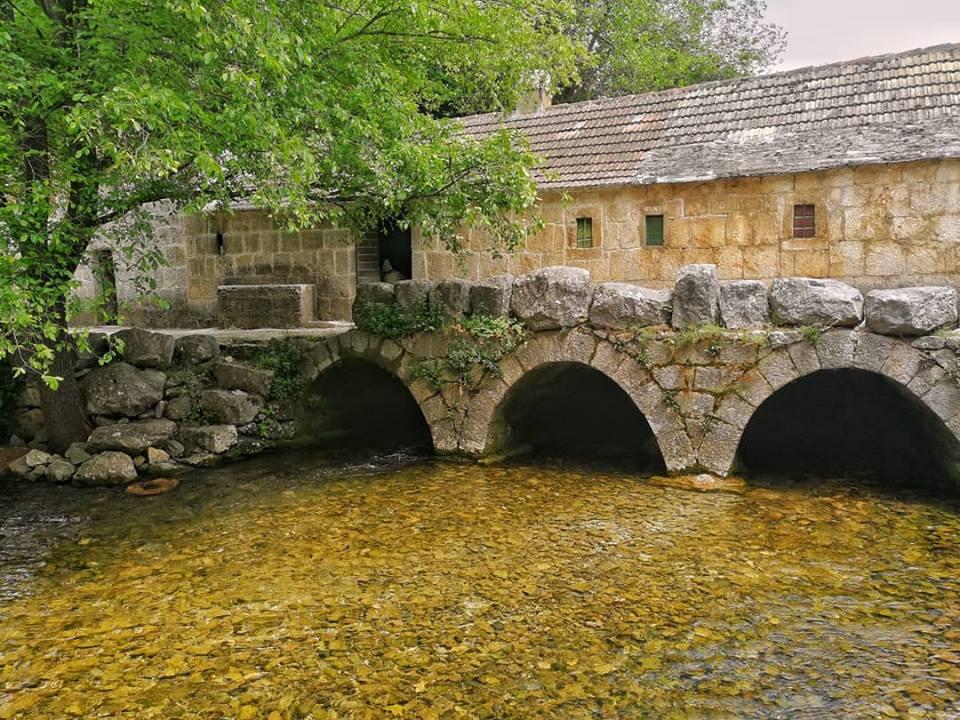 ponte di pietra sopra il fiume grab