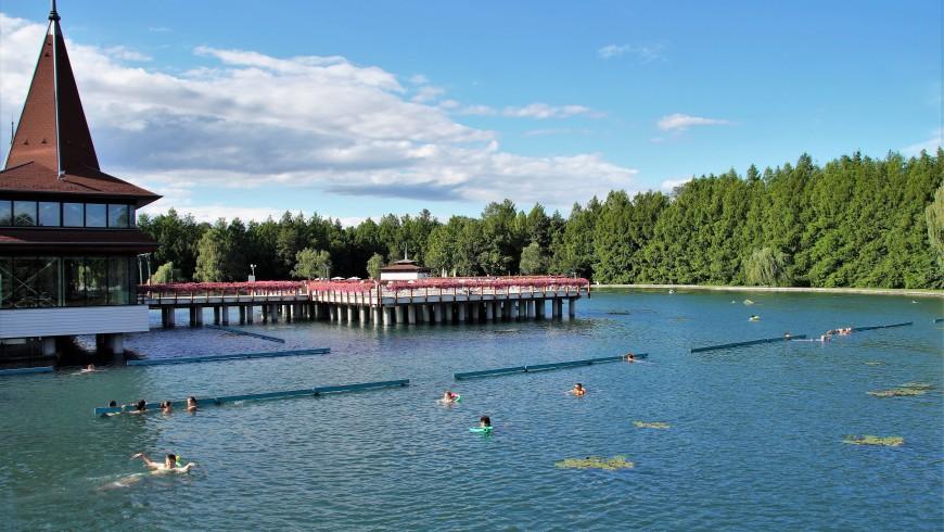 A Hévíz, Ungheria, uno dei più grandi laghi termali al mondo,