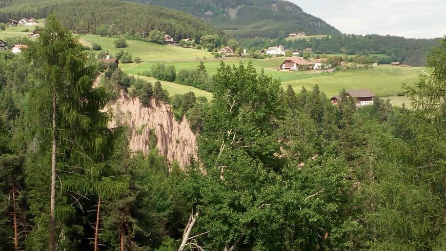 piramidi di terra e vista dell'altopiano del renon