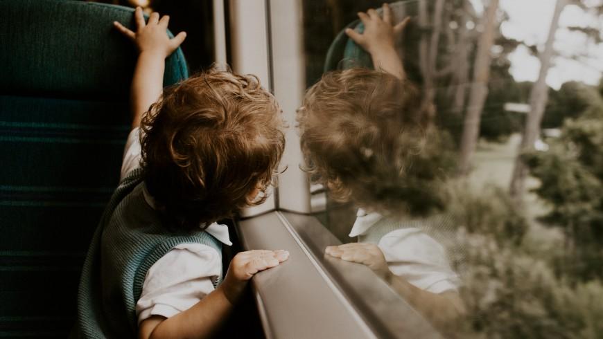 bambino nel trenino turistico dell'altopiano del renon