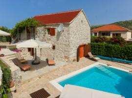 la casetta in pietra e la piscina