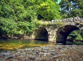 ponte di pietra del fiume grab