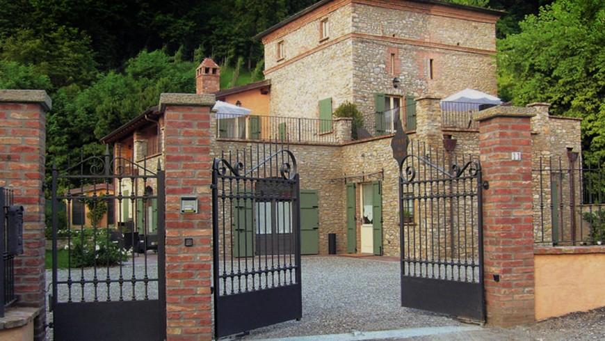 Una casa torre immersa tra le colline e i vigneti di Val Vezzano