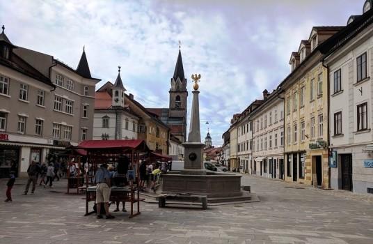 scorcio del centro storico con la sua famosa fontana