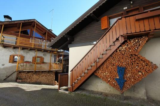 Mezzano, il borgo dove le cataste di legno diventano arte