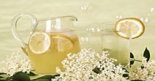 bevanda tipica di fiori di sambuco con limoni e fiori sullo sfondo