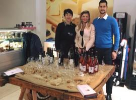 personale del negozio mostrando vino