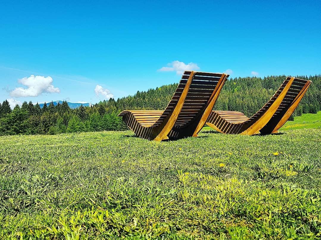 Chaise longues di legno naturale davanti al rifugio Malga Campo, Luserna, Altipiani Cimbri