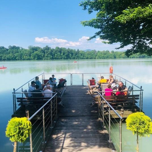 gente ammirando la vista sul lago