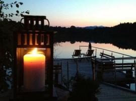 candela e lago di sfondo di notte