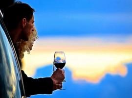 uomo e donna con calice di vino ammirando il panorama