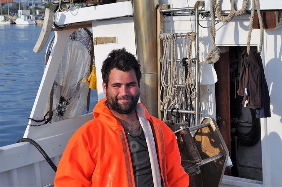 un pescatore croato con la sua barca