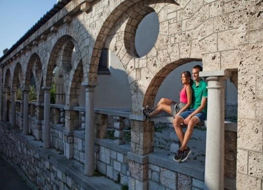 uomo e donna sotto i famosi archi del centro storico