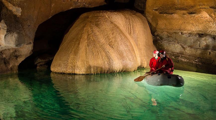 fiume sotterraneo color smeraldo
