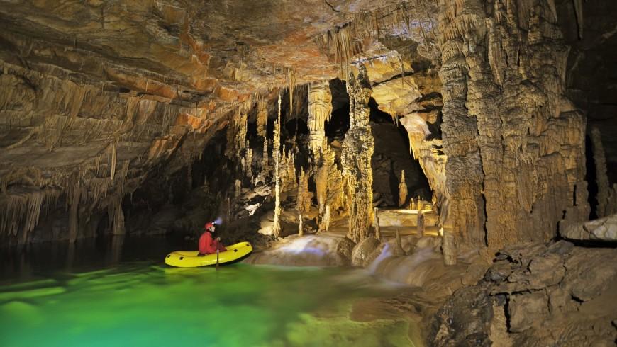grotta sotterranea in kayak