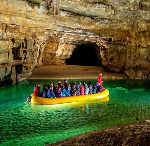 gommone transita nelle grotte krizna