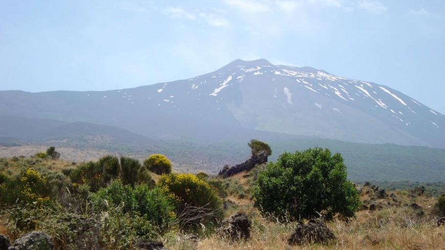 Vista dell'Etna dal finestrino del Treno Circumetnea, tra Randazzo e Maletta