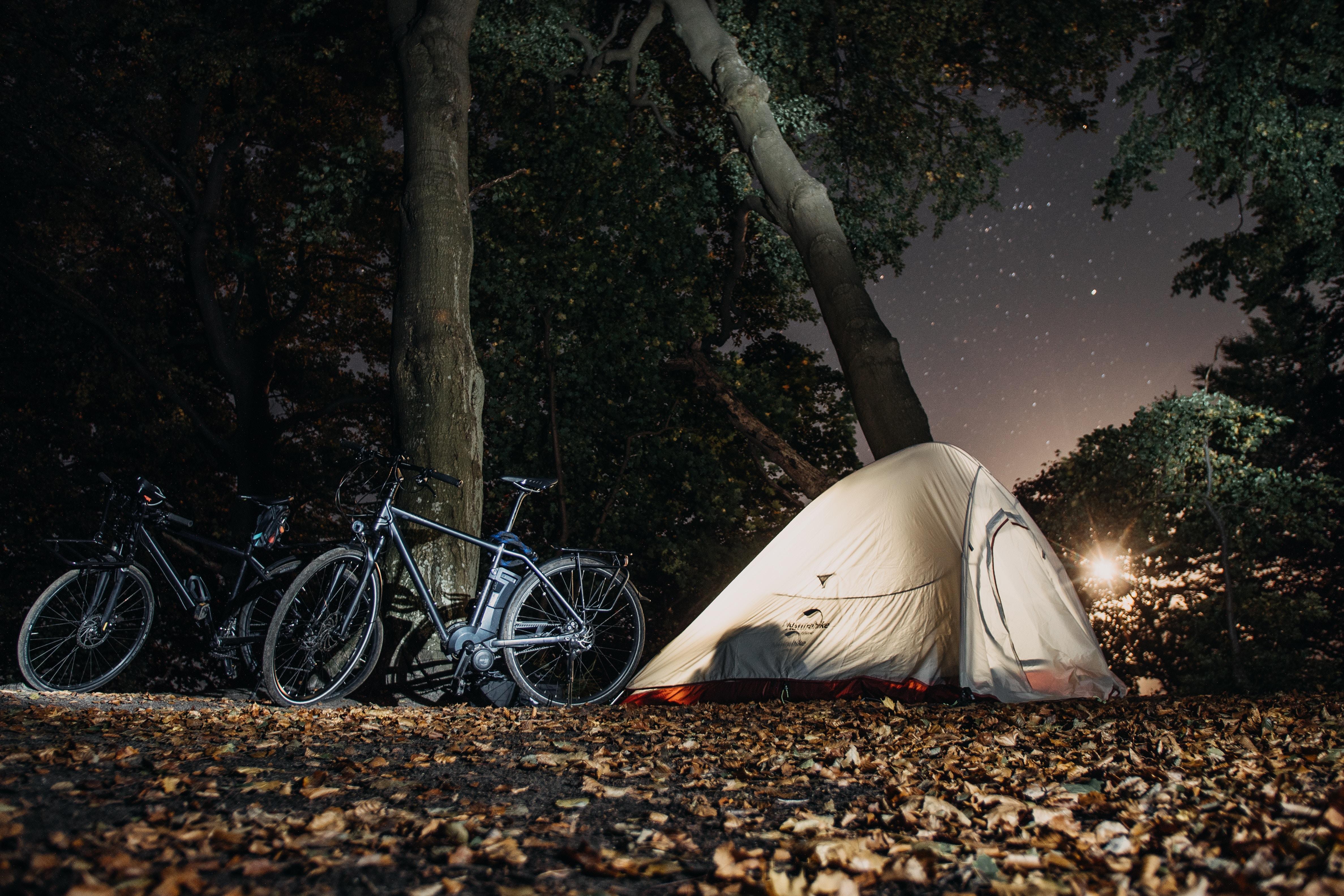 dormire in tenda nella foresta