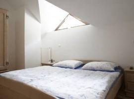 Camera degli alloggi eco-sostenibili vicino alle cascate di Rinka, in Slovenia