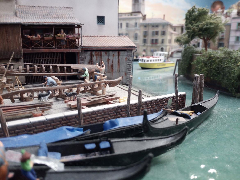 Artigiani che costruiscono gondole a Venezia, rappresentazione in miniatura a Miniatur Wunderland