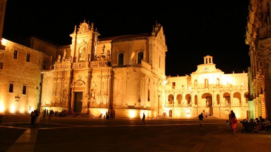 Facciata del Duomo di Lecce di sera con vista sul piazzale