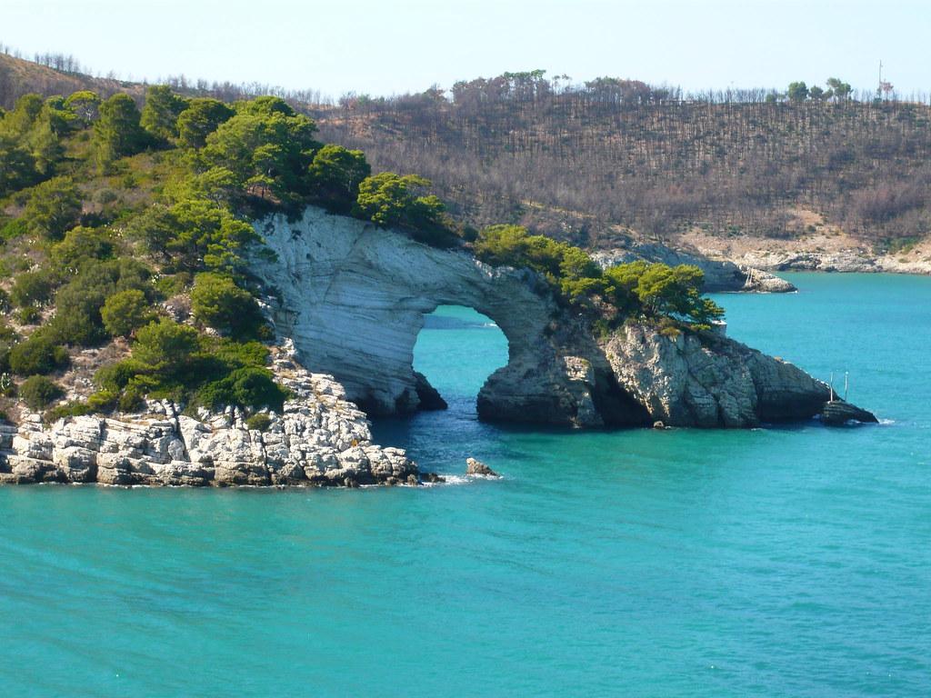 Scogliera del Gargano con un bellissimo mare chiaro