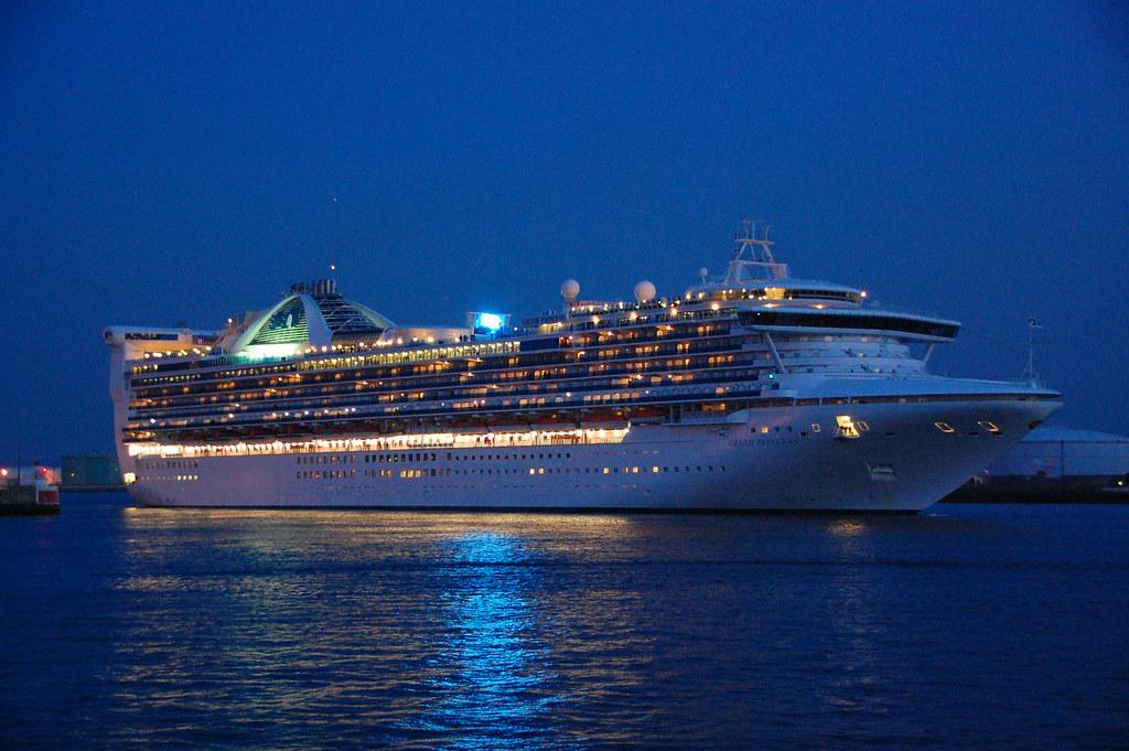 nave da crociera navigando in mare
