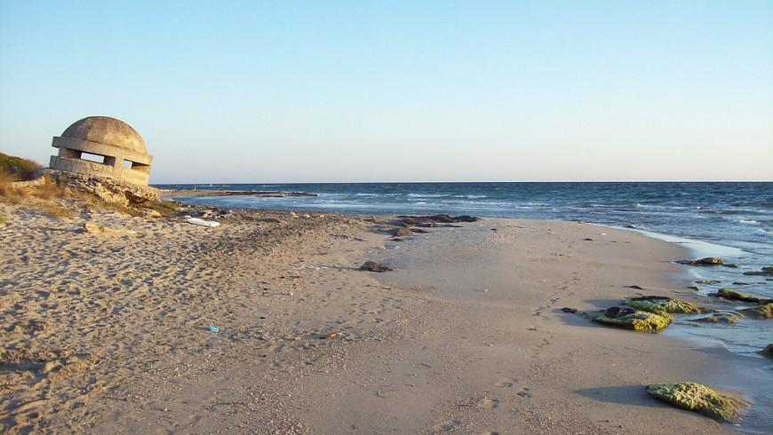 Oasi delle Cesine con una piccola duna e il amre in sfondo