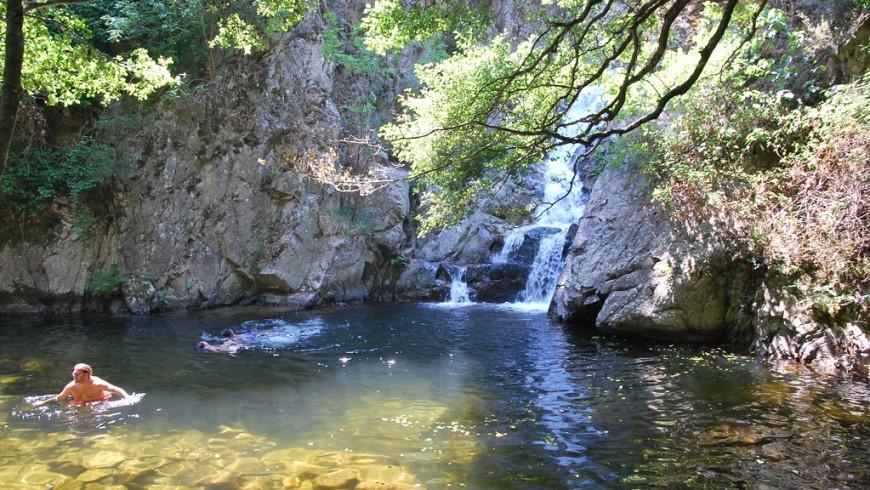 cascata con piccolo laghetto sottostante dove è possibile poter fare un bagno