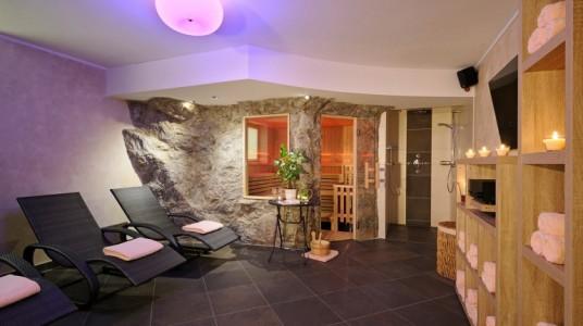 hall dell'hotel con pareti in pietra