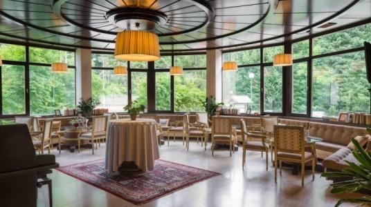 sala ristorazione con ampie vetrate