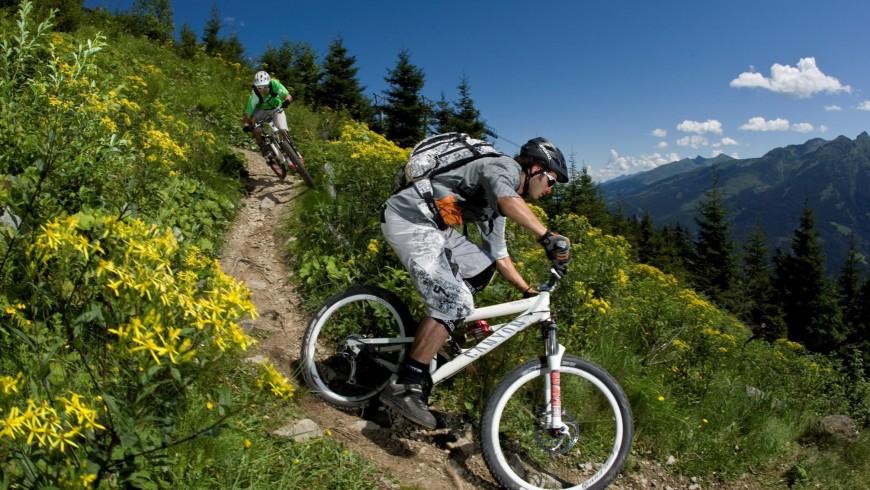 in bici nella Perla Alpina di Neukirchen, Austria