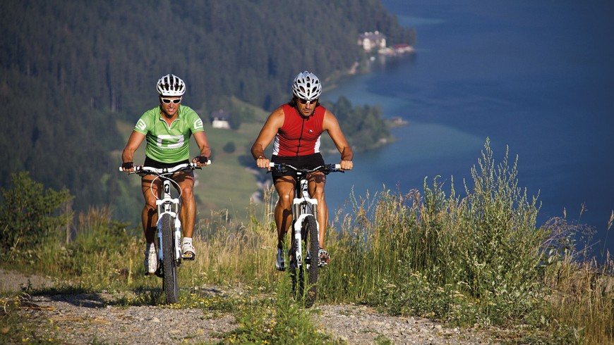 In e-bike nella perla alpina di Weissensee, Austria