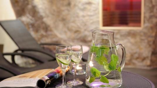 acqua, limone e menta servito in una caraffa di vetro