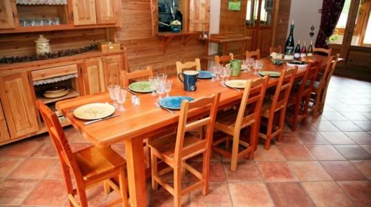 sala ristorazione della struttura con tavolo e sedie interamente costruite in legno