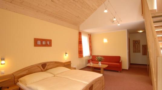 interno delle stanze, con decorazione in legno e pareti chiare