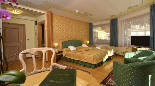 interno di una stanza matrimoniale molto elegante e ben strutturata, con ampie finestre