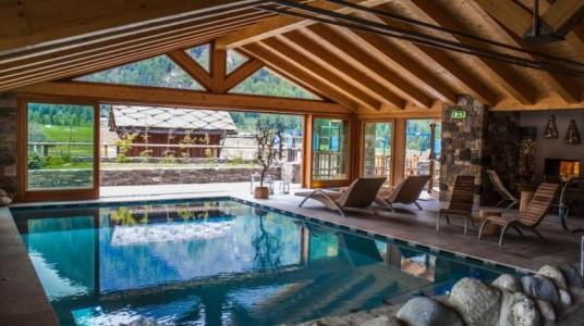 spa dell'hotel con ampia vetrata che dà sul Gran Paradiso