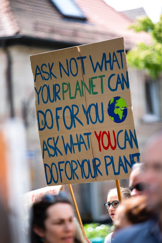 partecipa alla marcia per il clima