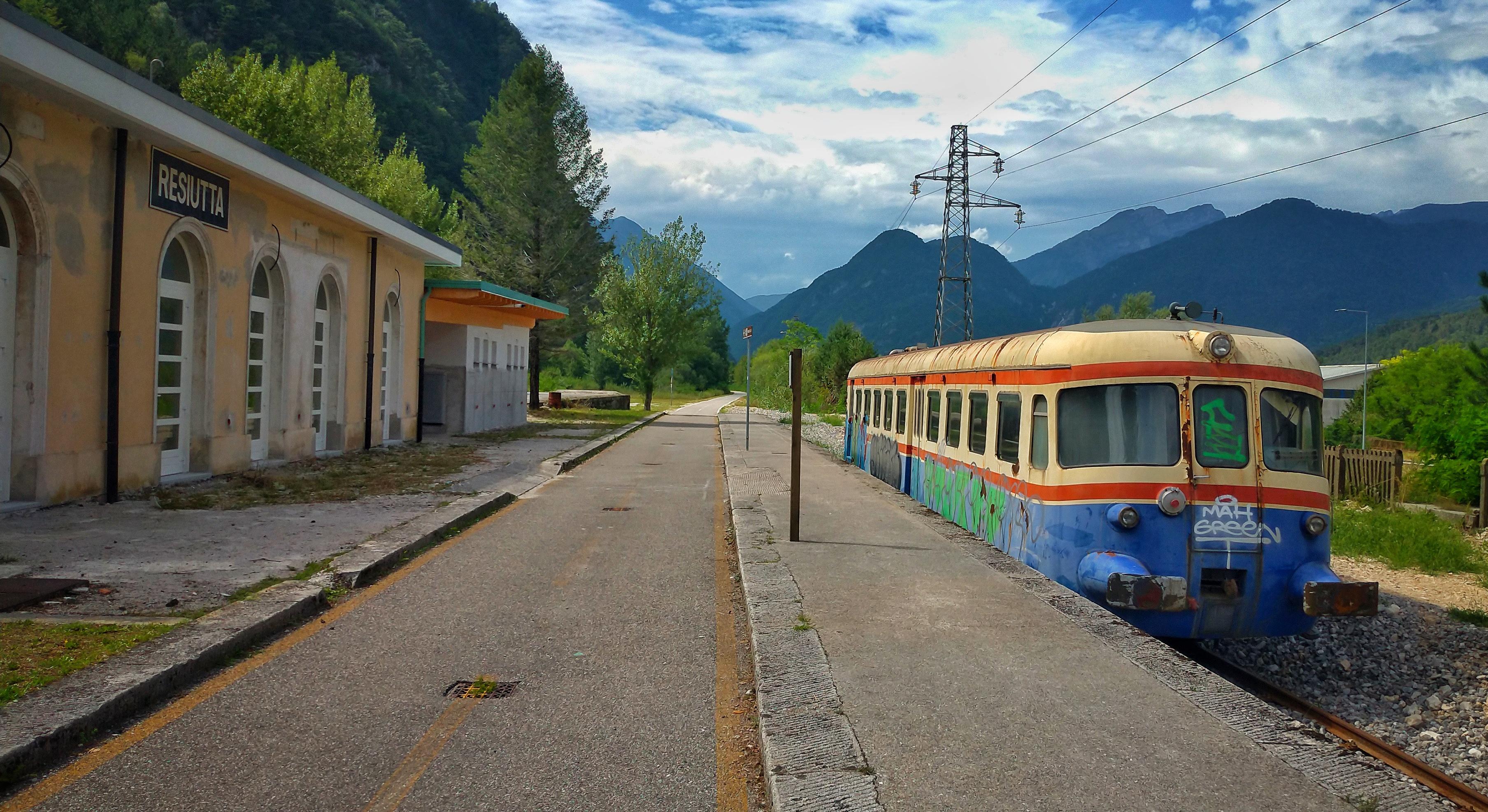 ciclovia alpe adria radweg a fianco del tracciato ferroviario
