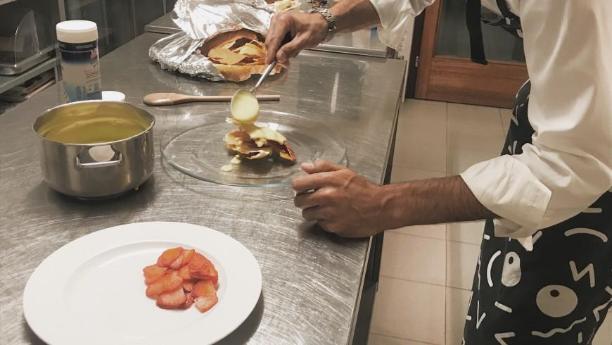 Preparazione di un dessert di Nicola, chef e proprietario