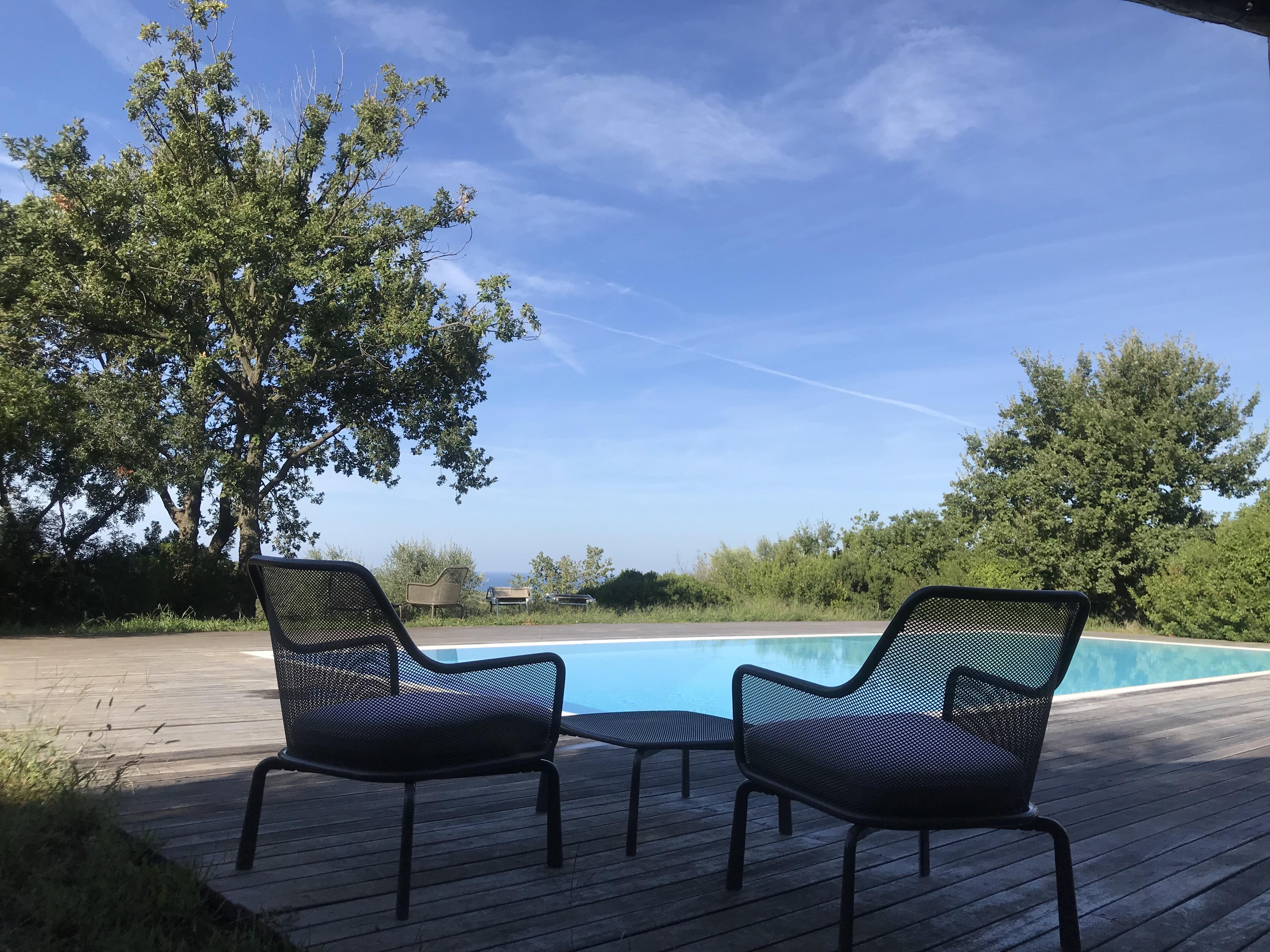 A bordo piscina con vista sulla valle di Paestum