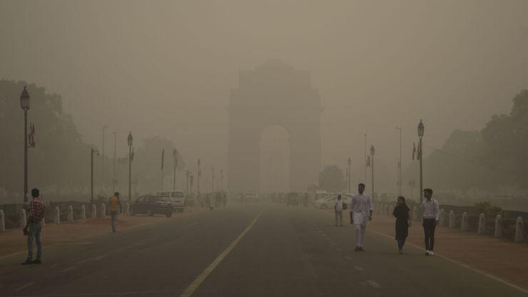 Monumento India Gate coperto da smog della città