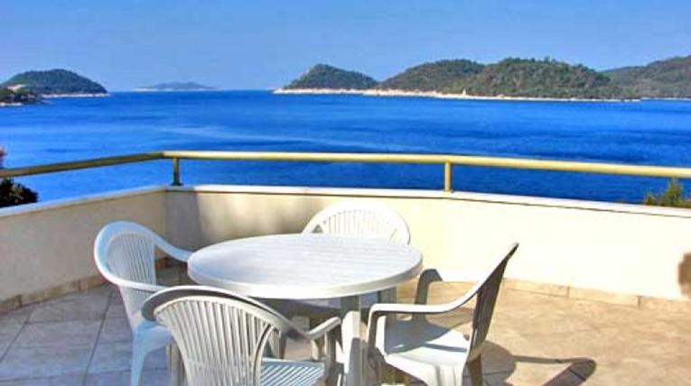 Sedie e tavolo in plastica in una casa vacanze
